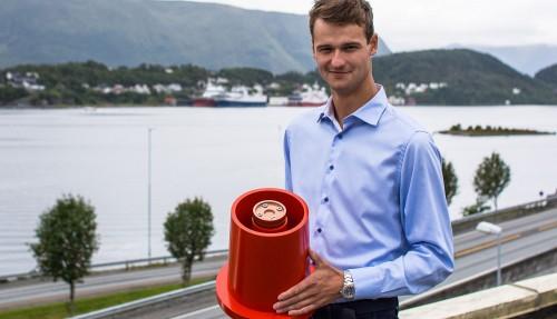 Kjell-Christian Krohn Dale med en 3D-printet prototype på en av de fire kontaktpunktene i fartøypluggen. Materialvalg er svært viktig for å oppnå den slitestyrken som er nødvendig.