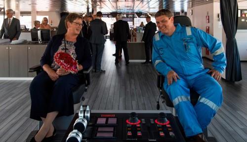 Gudmor Anni Bak og kaptein Peter Andersen på brua. Foto: Olav Thokle/Fotomaritim