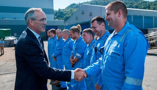Konsernsjef Karsten Sævik hilste på mannskapet før dåpen av Maersk Minder. Foto: Olav Thokle/Fotomaritim