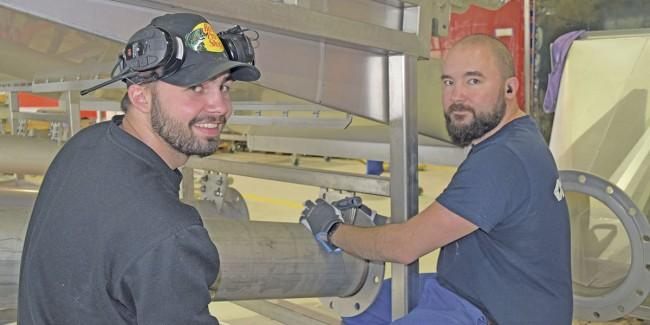 PE Bjørdal AS jakter stadig på dyktige fagarbeidere. Her Kristian Bjørkedal og Piotr Paqadzinski under monteringsarbeid i fabrikkhallen. Foto: Frode Rabbevåg