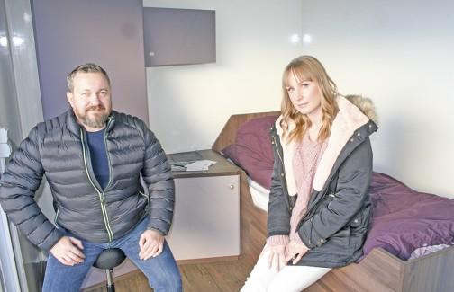Daglig leder Jonny Bjørnset og COO Adrianna Sobczak i Vestnes Ocean i en mannskapslugar i Keys-serien som selskapet har designet selv. Foto: Frode Rabbevåg