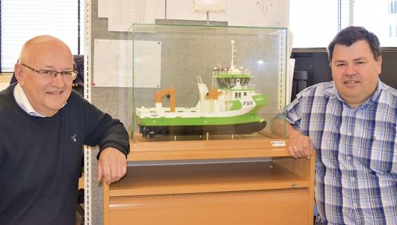 Servicebåter til oppdrettsnæringen er en viktig nisje for Reidar Aas (t.v.) og Jan Ståle Aas i Solstrand Trading i Tomrefjord. Foto: Frode Rabbevåg