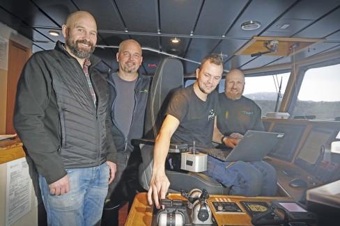 PMH Norway ser lyst på fremtiden. Fra venstre: Stein Are Ystmark,  daglig leder PMH, Børre Skjevelnes, skipper AQS, Håkon Linvåg, service- ingeniør PMH og Hans Olav Rønning, senior automasjonsingeniør PMH. Foto: PMH Norway