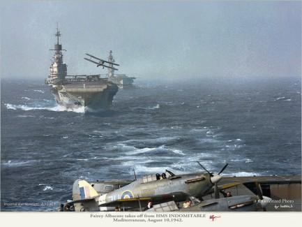 En Fairey Albacore tar av fra hangarskipet HMS Indomitable i 1942. I forgrunnen ser vi et par Hawker Sea Hurricanes gjøre seg klare.  ATUSUSHI YAMASHITA