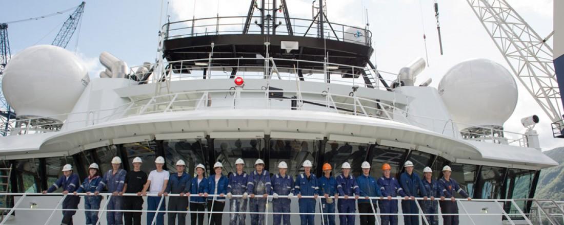 Sommervikarar om bord i Sanco Swift ønsker velkommen til åpent skip.