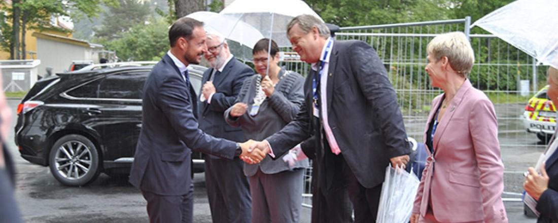 Den nye fiskeriministeren, Harald Tom Nesvik, var en av de som fikk ta imot kronprinsen til åpningen av årets Nor-Fishing. Foto: John Inge Vikan.