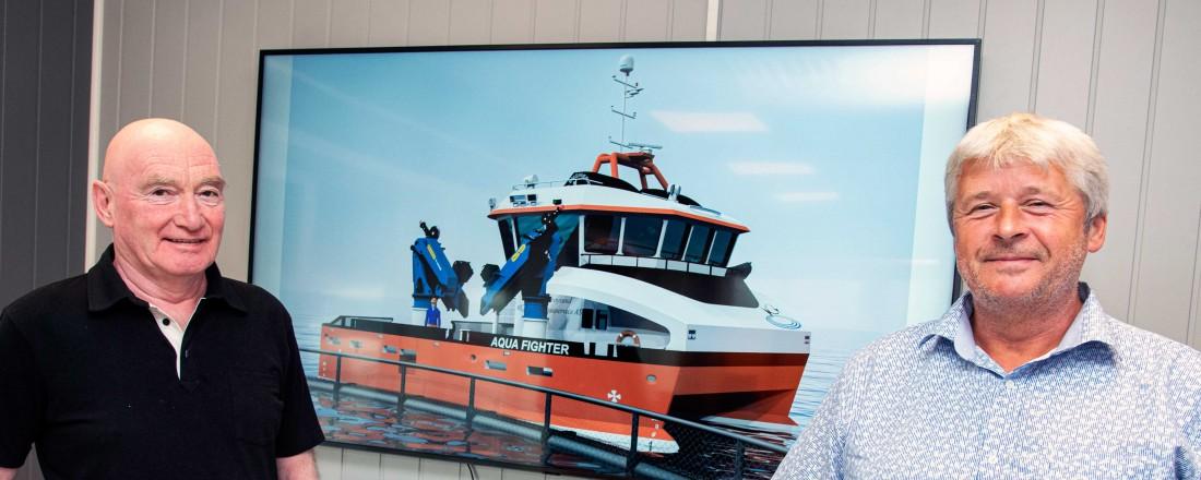 Ove Amdam (til venstre) fra Salthammer og Brynjar Karlsen i Nærøysund Aquaservice .Stålkatamaranen Aqua Fighter skal leveres høsten 2021. Tomra Engineering har design på fartøyet. Foto: Tom Lysø/Foto Media