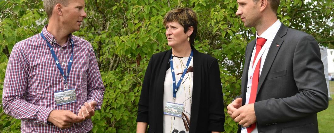 Anders Karlsson-Drangsholt (Bellona, t.v.), Anne Hilde Midttveit (Lerøy) og Lars Wasa Andersen (ABB) diskuterer studien for lakse- og ørretproduksjon i sjø uten utslipp av klimagasser, NOx og SOx. Foto: ABB