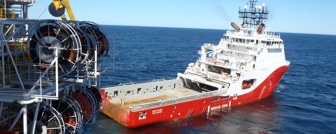 Ankerhånteringsfartøyet Siem Ruby på jobb. Fartøyet eies av Siem Offshore, og er et av flere som er omfattet av den langsiktige serviceavtalen for dekksmaskineri som er inngått med Rolls-Royce Marine. Foto: Siem Offshore