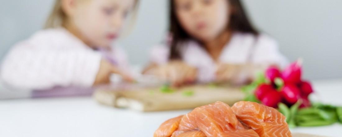 Nærings- og fiskeridepartement gir penger til tiltak for å få barn og unge til  spise mer fisk. Foto: Nyhetstjenester/FHL