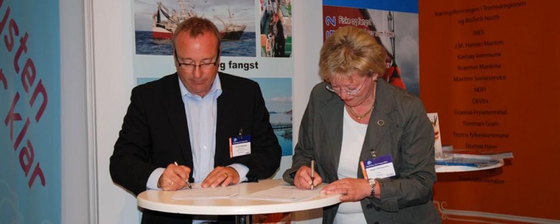 Ronald Hellenes og Inger Johanne Christensen signerer kontrakten