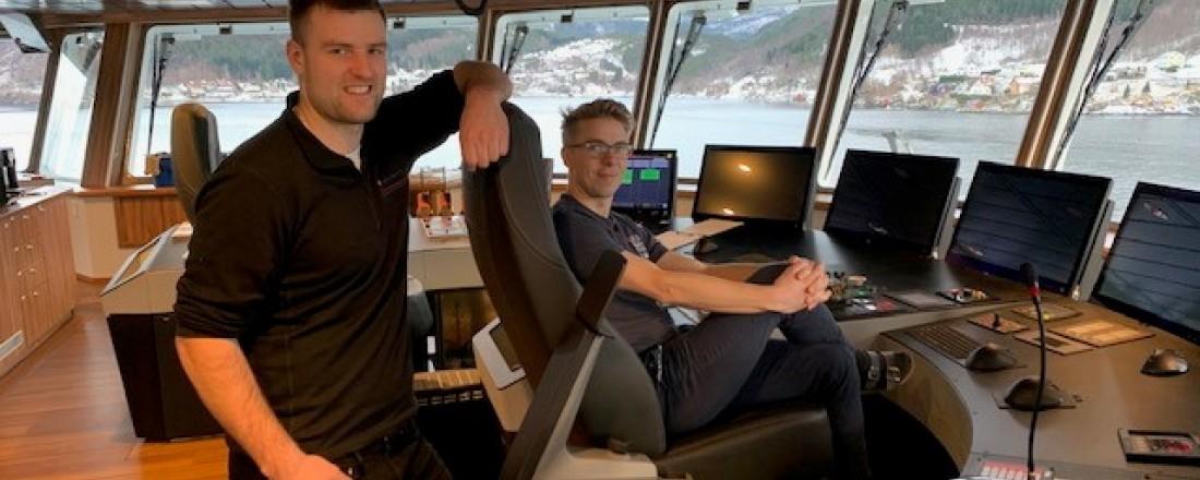 Den nye brønnbåten til Norsk Fisketransport, Reisa, er det første skipet i verden med Norwegian Electric Systems totalintegrerte broløsning Raven INS. Fra venstre, overstyrmann Alexander Mathisen og skipper Sindre Waagø. Foto: Børge Lorentzen, NFT.