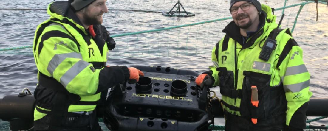Håvard Olsen, Driftssjef og Per Arne Grindskar, Lokalitetsleder diskuterer NetRobot etter ferdig demonstrasjon på lokaliteten Movika. Foto: Mørenot Robotics
