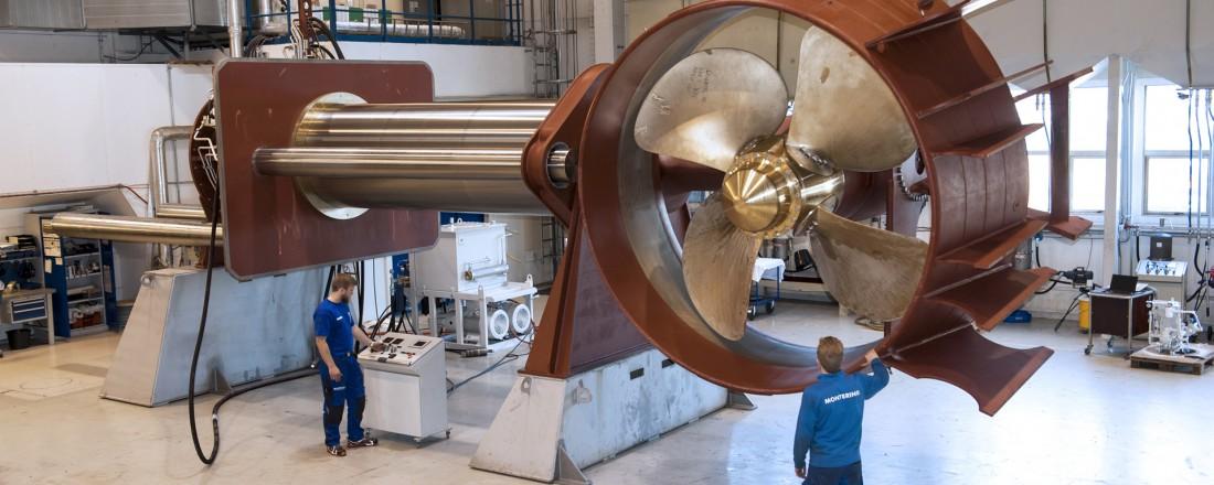 Thrusteren på bildet er av samme type som inngår i den nye kontrakten. Den veier 80 tonn inkludert elektromotor på toppen og har en høyde i utstrakt posisjon på 12,7 meter. Foto: Jørgen Eide/Brunvoll