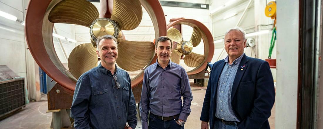 Brunvolls salgsteam, her representert ved  f.v Anders Ulvestad, John Sjåholm og Per Olav Løkseth, foran et par thrusterseksjoner. Foto: Jørgen Eide/Brunvoll