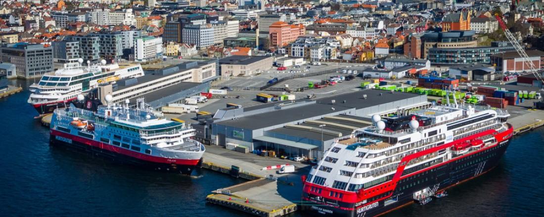 MS Midnatsol (fra venstre), MS Fram og MS Fridtjof Nansen ved kai i Bergen i april. Foto: Hurtigruten
