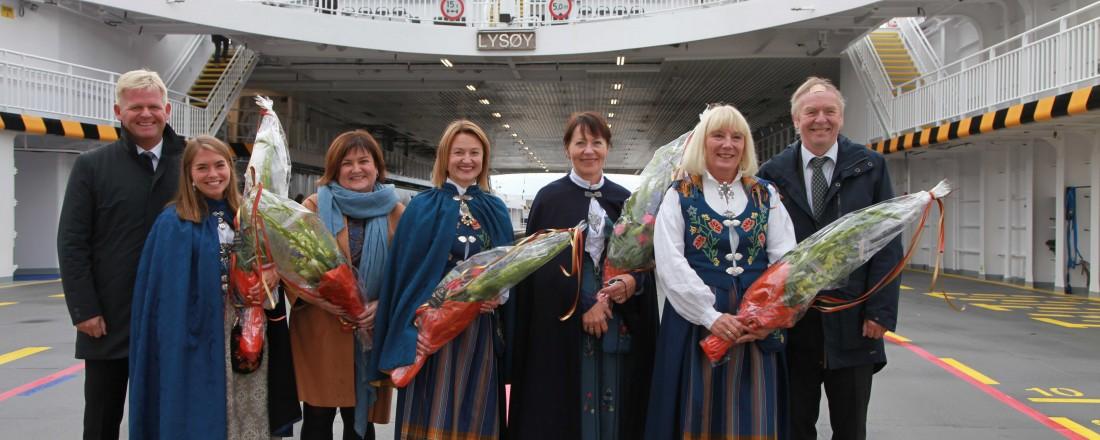 Gudmødrene til ferjene, flankert av Roger Granheim, konsernsjef i Torghatten ASA og Torkild Torkildsen, adm.dir i Torghatten Nord. Foto: Pressefoto Torghatten Nord