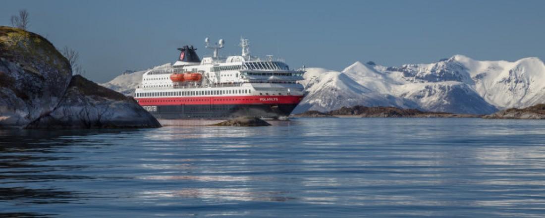Polarlys er et av Hurtigrutens skip som nå skal gjennom en omfattende miljøoppgradering. Fremover skal skipet seile på gass og batteridrift. Foto: Hurtigruten