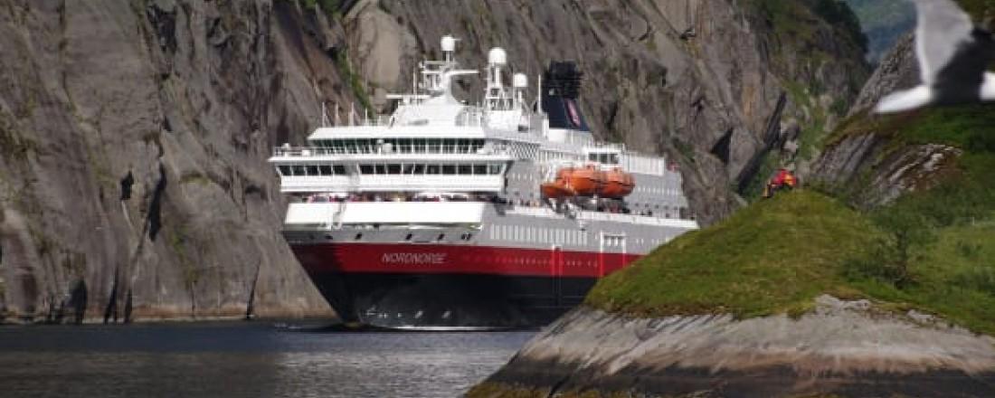 Som det første cruiserederiet i verden skal Hurtigruten bruke biogass laget av blant annet avfall fra fiskeindustrien til å drive skipene sine - blant annet MS Nordnorge. Foto: Ulf Hansson/Hurtigruten