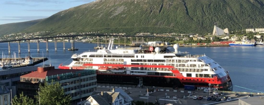 Roald Amundsen ved kai i hjemmehavnen Tromsø, klar til å dra ut på sitt første cruise.  Foto: John Inge Vikan