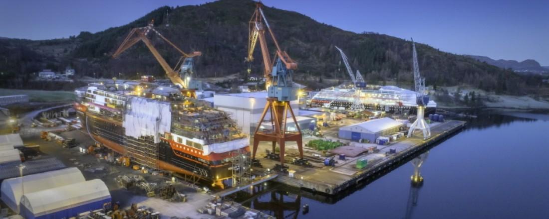 Kleven Maritime Technology er et veldrive selskap, som mellom anna har hatt fleire oppdrag for Hurtigruten. Her er både Roald Amundsen og Fridtjof Nansen på plass ved verftet. Foto: Kleven,