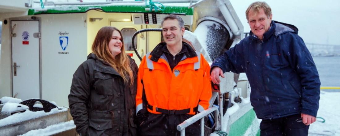Karoline og Bent Gabrielsen sammen med Erik Ianssen fra Selfa Arctic etter overleveringen av «Karoline» - verdens første batteridrevne sjark.  Nå skal fremtidens hydrogenelektriske sjarker utvikles. Foto: Marius Fiskum / Selfa Arctic AS