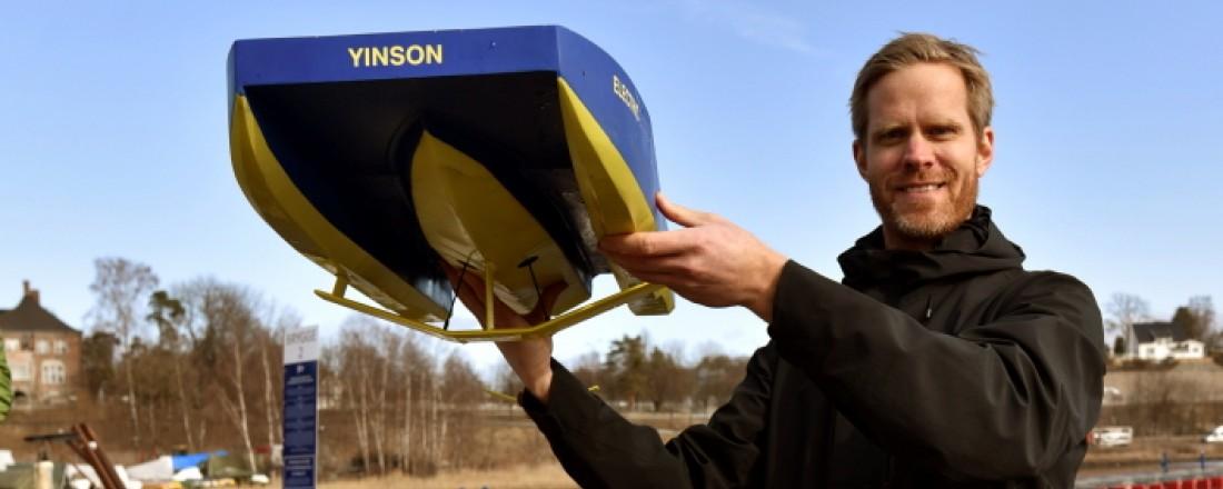 Daglig leder i Lift Ocean, Petter Mørland Pedersen viser frem en radiostyrt modell av Hydroglyder. Foto: Lift Ocean AS