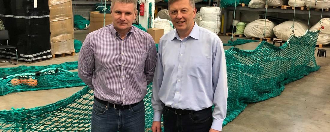 Liudas Velykis (t.v.), leder ved Mørenot-fabrikken Injector Doors UAB, og Ivar Sandnes, leder for forretningsutvikling i Mørenot. Foto: Mørenot