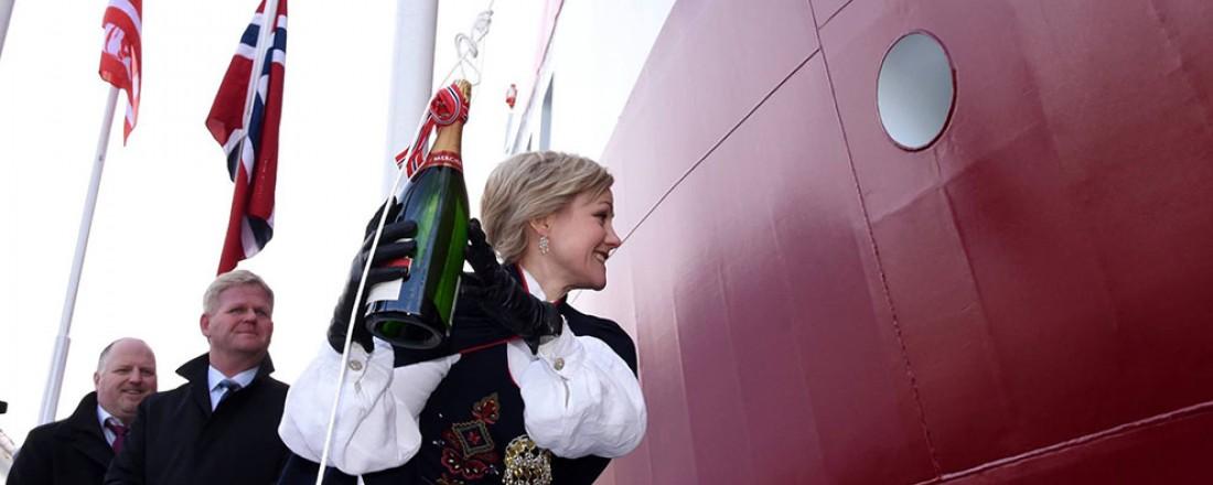 Gudmor Ingvild Kjerkol knuste flasken på første forsøk. Foto: NFT