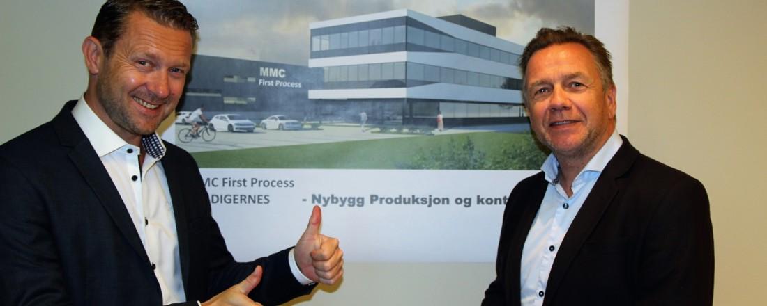 Fra venstre: Petter Leon Fauske, administrerende direktør for MMC First Process AS og Geir Johan Bakke, administrerende direktør for Havyard Group ASA. Bildet i bakgrunnen en 3D tegning av hvordan det nye anlegget vil se ut. Foto: MMC First Process
