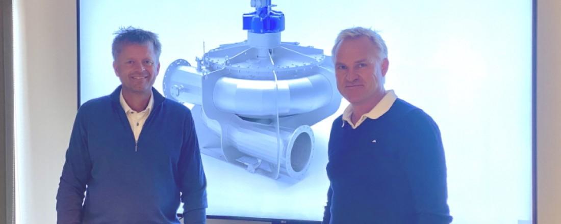 Adm.dir. Steve Paulsen i PG Flow Solutions (venstre) og salgs- og markedssjef Øyvind Berg foran et bilde av PG-Tornado fiskepumpen. Foto: PG Flow Solutions