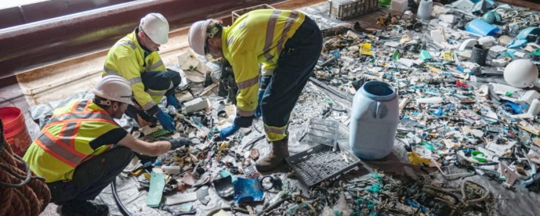 Sortering av plastavfall under en aksjon i Stillehavet i 2019. Foto: The Ocean Cleanup .