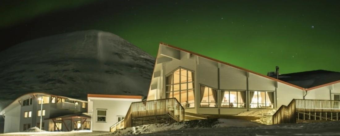 Hurtigruten Svalbard skal fortsatt drive Polarhotellet og resten av hotellene, restaurantene og butikkene i Longyearbyen selv om bygningsmassen selges til Store Norske. Foto: Shutterbird Productions/Hurtigruten Svalbard