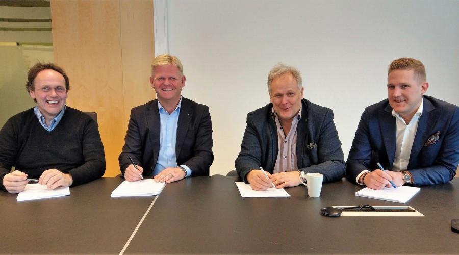 Signering av avtale i Trondheim 9. desember 2019: Fra venstre administrerende direktør Harry Bøe og styreleder Roger Granheim i NTS ASA og eiere i Gåsø Næringsutvikling AS, Helge Gåsø og Anders Gåsø. Foto: Torkil Marsdal Hanssen/PKOM