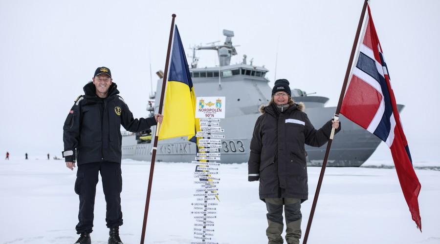 Skipssjef Geir-Magne Leinebø og ekspedisjonssjef for CAATEX Dr. Hanne Sagen på Nordpolen. Foto: Kystvakten