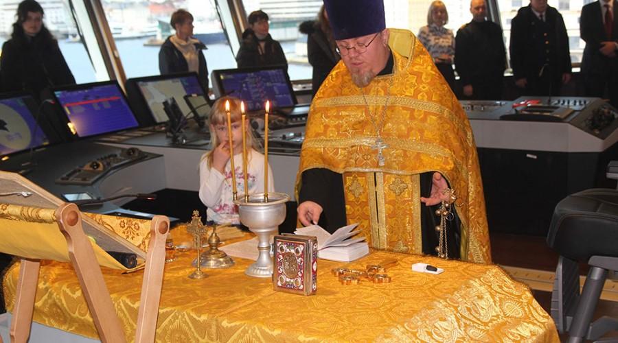 Om bord i «Aleut» gjennomførte den russisk-ortodokse presten en stilfull seremoni med velsignelse av skip og mannskap. FOTO: Havyard