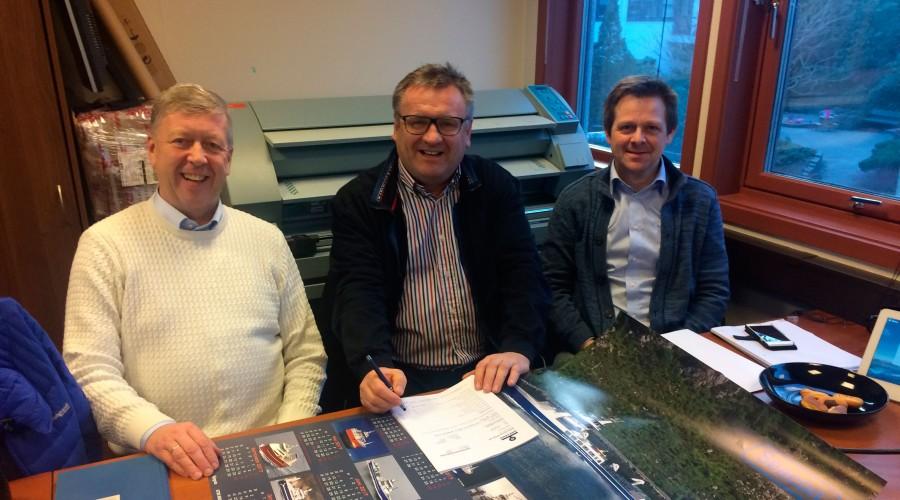 Artic Shipping-direktør Ove Vilnes (i midten) signerer ny kontrakt med Leif Gjelseth (t.v) og Arnfinn Hide fra Havyard MMC. Foto: Havyard MMC