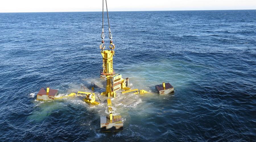 Bilde av subsea guide base som vert senka i havet. Denne vert sett på havbotnen, og kveilerøret vert mata gjennom denne. Ved hjelp av ROV vert denne justert hydraulisk slik at ho står i vater, og boreholet vert heilt beint. Foto: Island Offshore