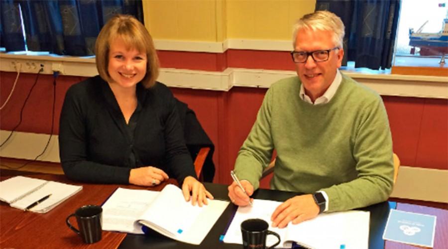 Adm. dir. Frode Johansson i Bergen Group Services og Helene Norman-Dupuy, Dealer Business Area Manager for Volvo Penta, signerer avtalen mellom selskapene.