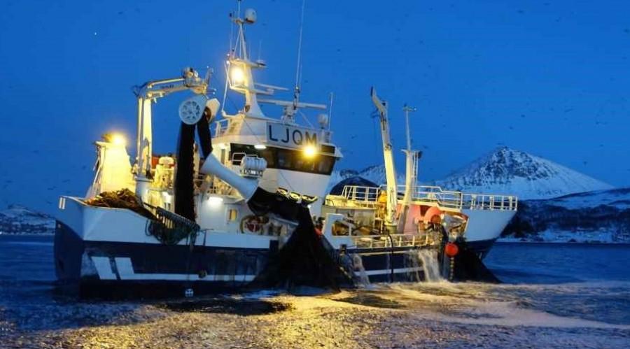 En rekke næringer opererer i de sammen områdene langs kysten vår. Foto: BarentsWatch.
