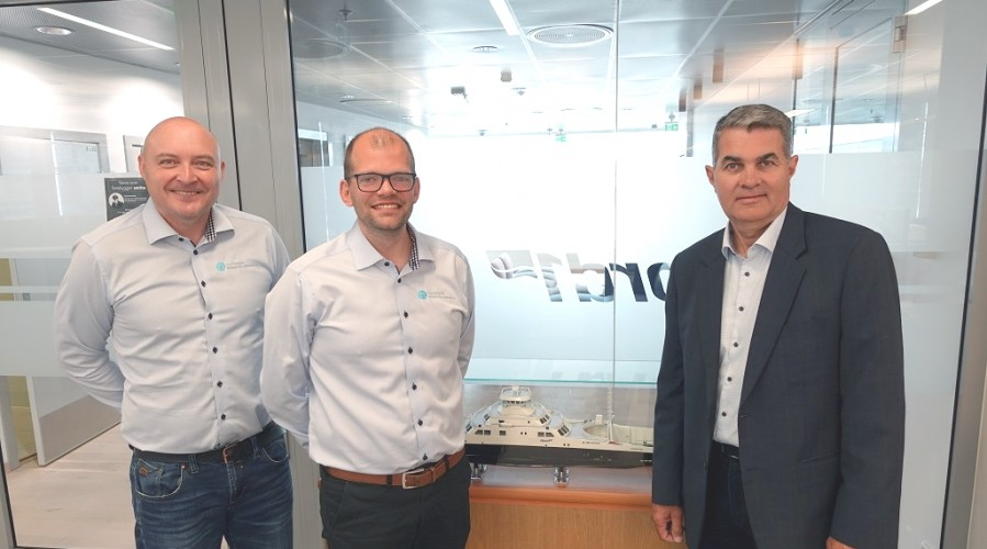 På bildet f.v.: SVP Sales i NES Stein Ruben Larsen, Sales manager i NES Martin Aasheim og prosjekt og teknologidirektør i Fjord1 ASA, Nils Kristian Berge. Foto: Fjord1.