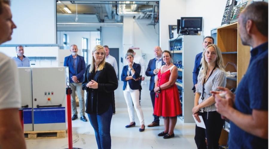 Olje- og energiminister Tina Bru ble blant annet presentert for hydrogenlabben som gjør det mulig å teste hydrogenløsninger til bruk i maritim sektor. Foto: SEAM