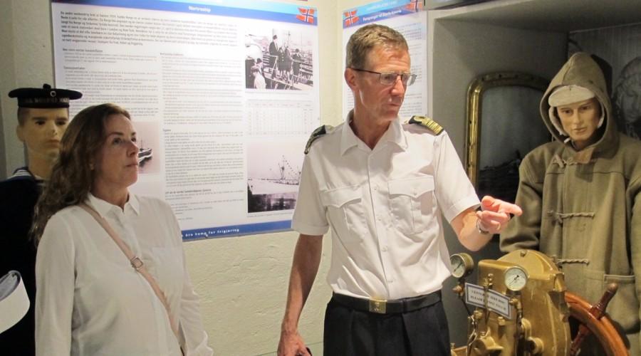 Sjefen for Marinemuseet, kommandørkaptein Hans Petter Oset og Tania von der Lippe Michelet i samtale under åpninga av utstillinga. Foto: Roald Evensen.