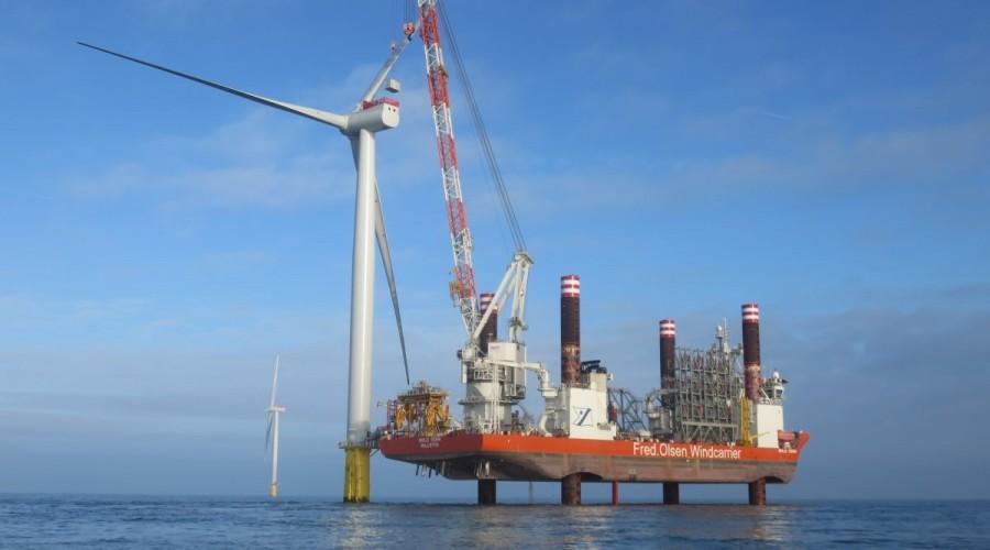 Et av Fred. Olsen Windcarrier sine installasjonsfartøy, Bold Tern, i arbeid med en vindturbin. Foto: Fred. Olsen Windcarrier