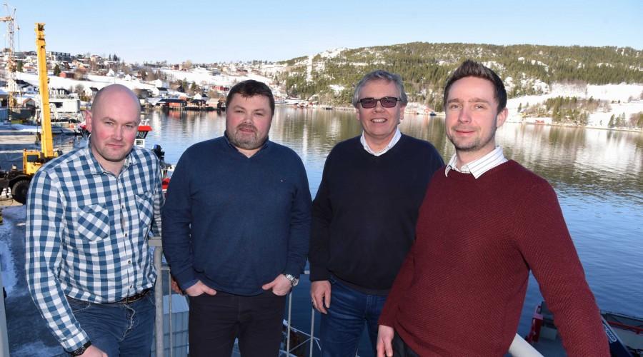 Daglig leder Lasse Berg (til venstre) i Moen Power er sammen med teknisk sjef Torfinn Hansvik (til høyre) i Moen Marin svært fornøyd med samarbeidet med Nogva – ved adm.dir Kjell Norvoll (nr. 2 fra høyre) og salgssjef Rune Rønstad. Foto: Tom Lysø