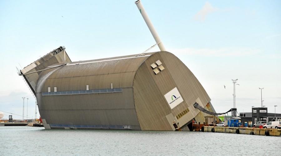 En 82 meter lang flytedokk har veltet i Hirtshals. Inne i dokken er en norsk fiskebåt. Foto: Bente Poder/Nordjyske Medier