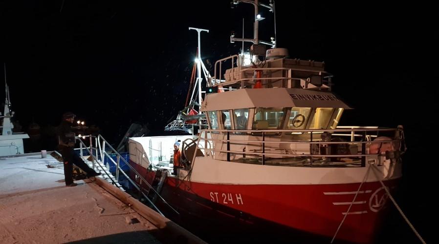 """M/S """"Einevikbuen"""" med reder Halgeir Brevik har fått montert verdens minste sløye og kappemaskin """"Loppa"""" om bord."""