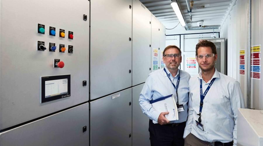 Erling Johannesen (til venstre) er plassjef ved Rolls-Royce avdeling for Power Electric Systems i Bergen. Til høyre er Jens Hjorteset, eknisk produktsjef for SAVe Energy, det nye batterisystemet til Rolls-Royce Marine. Foto: Øystein Klakegg