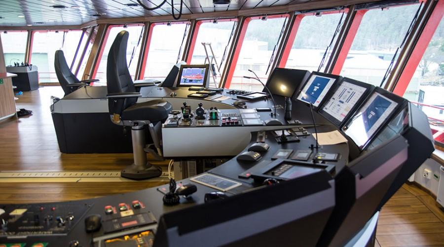 Kapteinen har de nyeste og beste systemene for hånden når han skal føre Esvagt Froude rygt mellom vindmøllene. Foto: Havyard