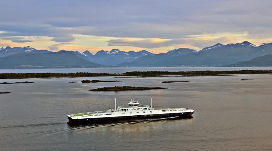 MF «Fannefjord» er en av Fjord1-ferjene som skal ta i bruk autonom ladeløsning fra Zinus. Foto: Geir Løvbugt/Fjord1